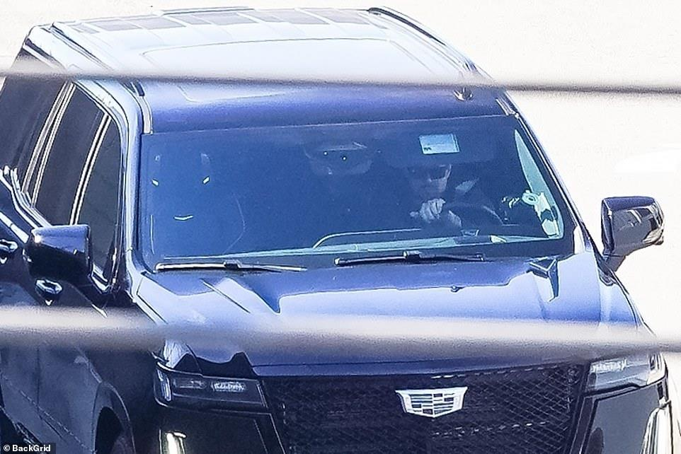 3939302816005931 44651559-9723825-Prince Harry can be seen approaching LAX Thursday as he heads to-a-2 1624586659764